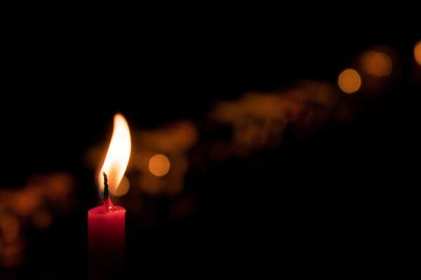 Vela encendida en la oscuridad